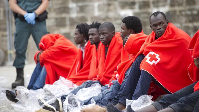 Des candidats à l'immigration se reposent au port de Tarifa après avoir été secourus au large des côtes espagnoles le 11 août 2014 [Marcos Moreno / AFP]