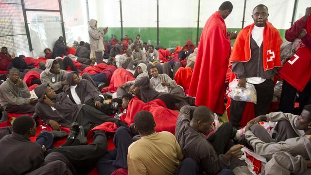 Des migrants africains dans un centre de secours à Tarifa le 12 août 2014 [Marcos Moreno / AFP]