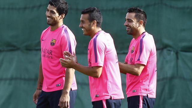 L'attaquant uruguayen du Barça Luis Suarez (g) à l'entraînement avec ses nouveaux coéquipiers Pedro (c) et Xavi, le 15 août 2014 à Barcelone [Quique Garcia / AFP]