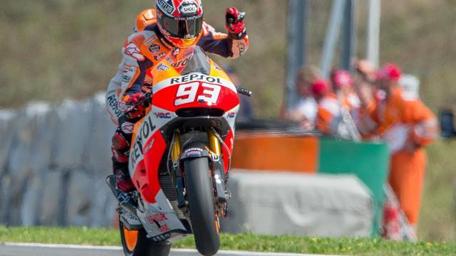 L'Espagnol Marc Marquez célèbre sa pole position acquise à l'issue des qualifications du GP de République tchèque, le 16 août 2014 à Brno. [Joe Klamar / AFP]
