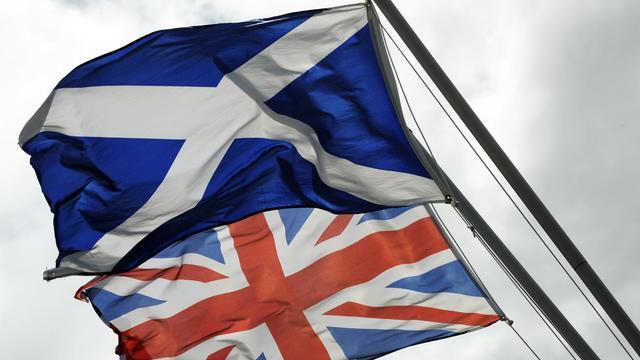 Le drapeau écossais (en haut) et le drapeau du Royaume Uni, photographiés le 17 aout 2014 sur la frontière historique entre l'Ecosse et l'Angleterre [Andy Buchanan / AFP/Archives]