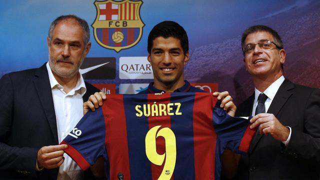 Luis Suarez (centre) lors de sa présentation officielle à la presse au Camp Nou le 19 août 2014 [Quique Garcia / AFP]