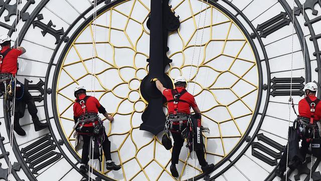 Une équipe de nettoyeurs professionnels s'attellent à nettoyer Big Ben, la plus célèbre horloge de Londres, le 19 août 2014 [Ben Stansall / AFP]