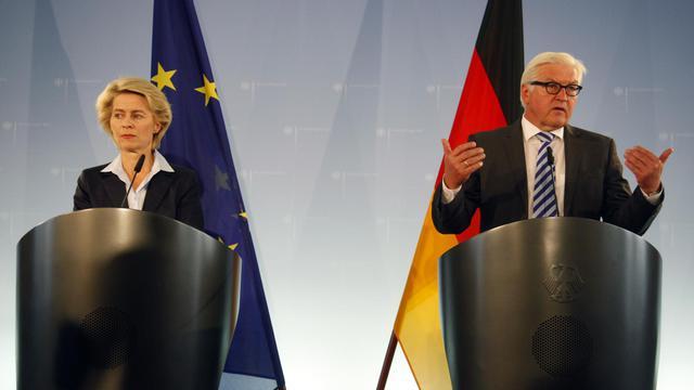 Le ministre allemand des Affaires étrangères Frank-Walter Steinmeier (d) et la ministre allemande de la Défense Ursula von der Leyen le 20 août 2014 à Berlin [Odd Andersen / AFP]