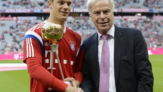 Le gardien (g) pose avec son trophée du meilleur joueur d'Allemagne de l'année, le 22 août 2014 à l'Allianz Arena de Munich [ / AFP/Archives]