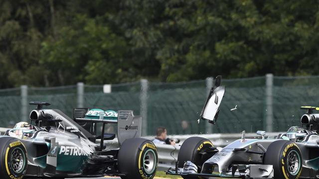 Lewis Hamilton (à gauche) et Nico Rosberg qui le heurte lors du Grand Prix de Belgique à Spa-Francorchamps le 24 août 2014 [John Thys / AFP/Archives]