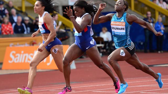 Myriam Soumaré (d), deuxième du 100 m lors de l'étape de Ligue de diamant à Birmingham, le 24 août 2014 [Carl Court / AFP]