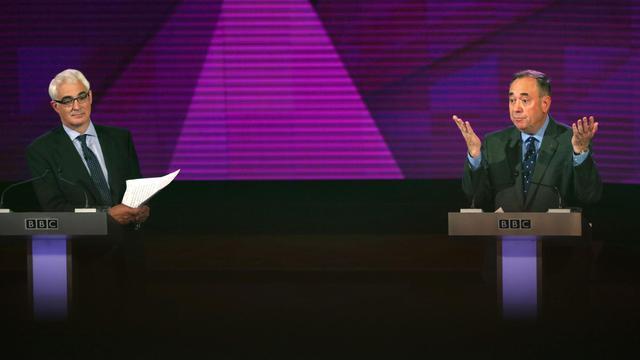 """Alex Salmond (d), chef de file des séparatistes, et Alistair Darling (g), à la tête de la campagne """"Better Together"""" lors d'un débat télévisé à Glasgow, le 25 août 2014 à quelques semaines du référendum sur l'indépendance de l'Ecosse [David Cheskin / Pool/AFP]"""