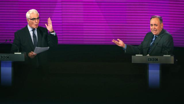 """A trois semaines du référendum du 18 septembre, Alex Salmond (d), chef de file des séparatistes, et Alistair Darling (g), à la tête de la campagne """"Better Together"""" ont débattu pendant 90 minutes à Glasgow, le 25 août 2014 [David Cheskin / POOL/AFP]"""