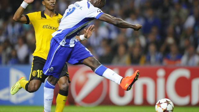 L'attaquant du FC Porto Jackson Martinez (centre) tire au but devant le défenseur de Lille Franck Beria le 26 août 2014 à Porto [Miguel Riopa / AFP]