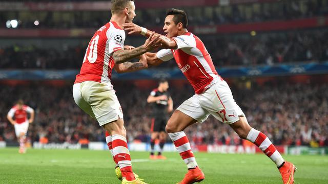 L'attaquant chilien d'Arsenal Alexis Sanchez célèbre son but avec son équipier anglais Jack Wilshere, lors du match retour de barrage qualificatif pour la phase de poule de Ligue des Champions contre Besiktas, le 27 août 2014 à Londres. [Ben Stansall / AFP]