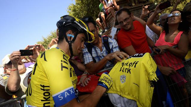 Le coureur de Movistar Alejandro Valverde (g) signe des autographes avant le départ de la 6e étape du Tour d'Espagne, le 28 août 2014 à Benalmadena  [ / AFP]