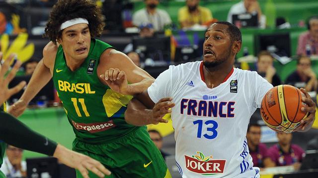 Boris Diaw (N.13) et la France s'inclinent face au Brésil d'Anderson Varejao au Mondial de basket, le 30 août 2014 à Grenade [Jorge Guerrero / AFP]