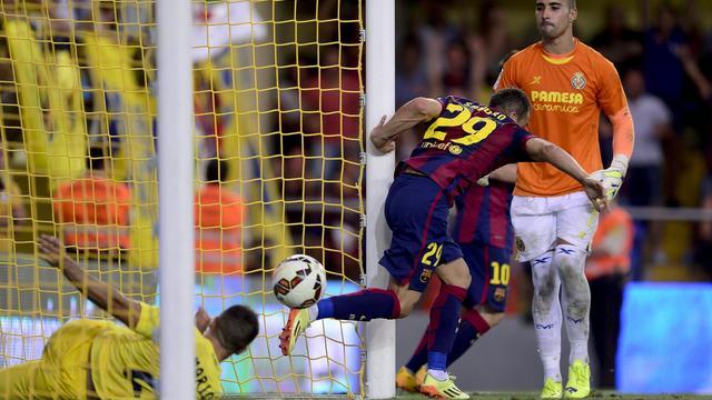 Le jeune attaquant de Barcelone Sandro Ramirez (N.29) marque pour son équipe et trompe le gardien de Villarreal en Liga, le 31 août 2014 au stade Madrigal  [ / AFP]