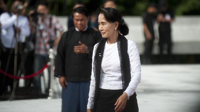 La leader démocrate Aung San Suu Kyi vient rendre hommage à son père lors du 67e anniversaire du Jour des martyrs à Rangoon le 19 juillet 2014 [Ye Aung Thu / AFP/Archives]
