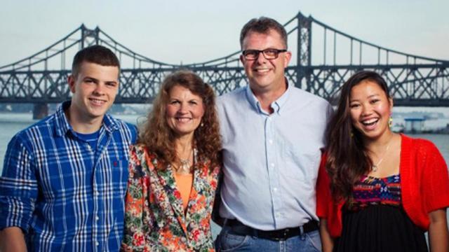 Au centre de la photo transmise par le fils du couple, Simeon Garrat: Julia Dawn Garratt et Kevin Garatt, l'un des fils Peter( à g) et leur fille Hannah (à d) [Simeon Garratt / Simeon Garratt/AFP]