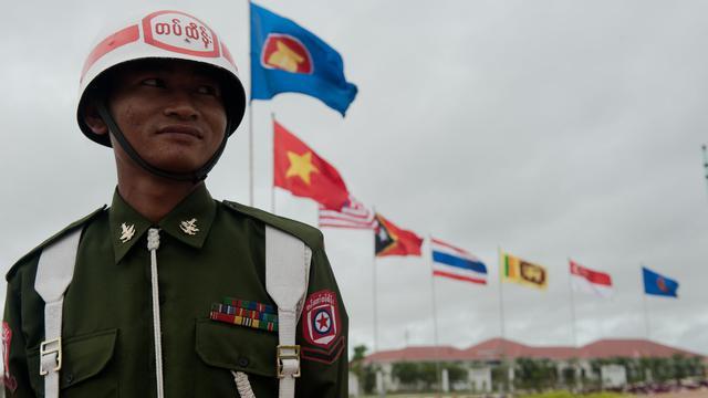 Un soldat birman garde le Centre de convention international birman pour la venue de la 47ème rencontre des pays de l'Asean le 8 août 2014 à Naypyidaw [Nicolas Asfouri / AFP]