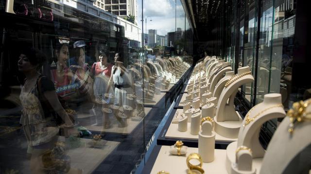 """Un bijoutier à Hong Kong, """"mecque"""" du luxe, le 8 août 2014 [Alex Ogle / AFP]"""