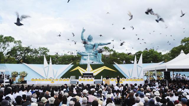 Lâcher de colombes autour de la Statue de la paix durant une cérémonie marquant le 69ème anniversaire de la bombe atomique sur Nagasaki, le 9 août 1945 [Jiji Press / JIJI PRESS/AFP]
