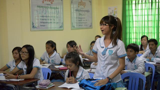 Une lycéenne cambodgienne répond à une question d'un professeur sur l'histoire des Khmers rouges dans un lycée privé de Phnom Penh, le 8 août 2014 [Tang Chhin Sothy / AFP]