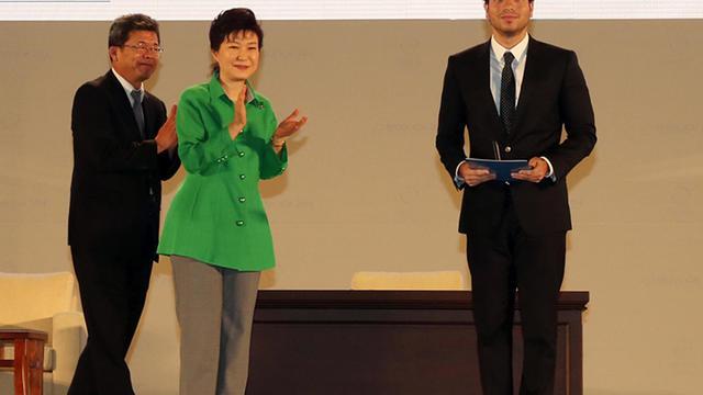 Le mathématicien français d'origine brésilienne Artur Avila lors de son discours de réception de la médaille Fields à Séoul le 13 aout 2014 [The Seoul ICM 2014 / The Seoul ICM 2014/AFP]