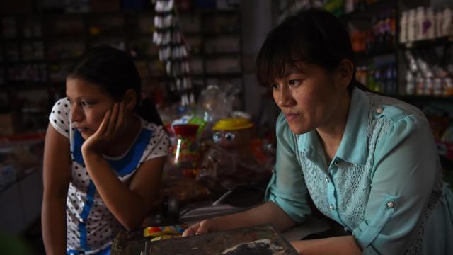 Nguyen Thi Hang, vietnamienne mariée à un chinois dans son échoppe, dans le village de Weijian (province du Henan), le 29 juillet 2014 [Greg Baker / AFP]