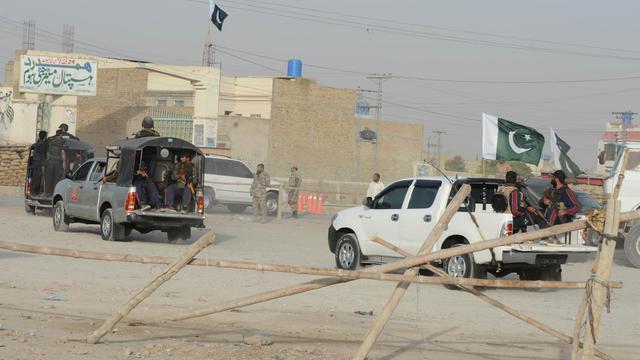 Des forces de sécurité pakistanaises prennent position près de bases militaires après une attaque à Quetta le 15 août 2014 [Banaras Khan / AFP]