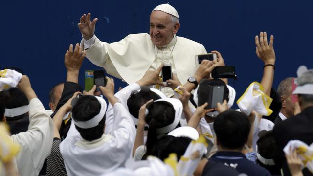 Le Pape François acclamé par les fidèles dans le stade de Daejon le 15 août 2014 [Lee Jin-Man / Pool/AFP]