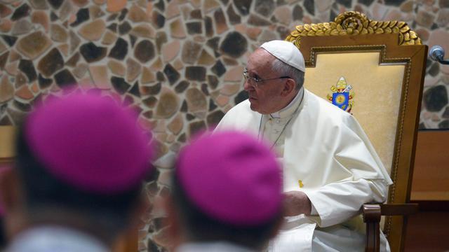 Le pape François s'adresse à des évêques, le 17 août 2014 au sanctuaire du martyr inconnu de Haemi (centaine de kilomètres de Séoul) [Vincenzo Pinto / AFP]