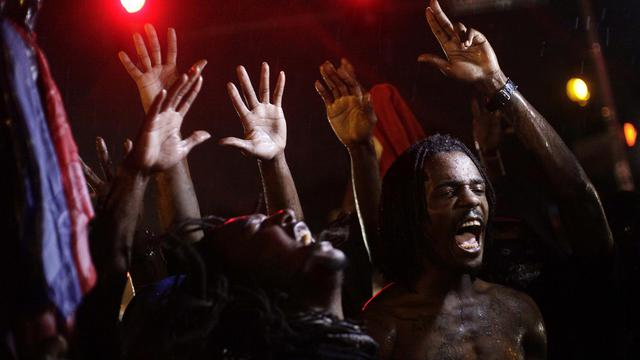 Des manifestants rassemblés dans les rues de Ferguson, le 16 août 2014 pour dénoncer la mort d'un jeune noir quelques jours plus tôt [Joshua Lott / AFP]