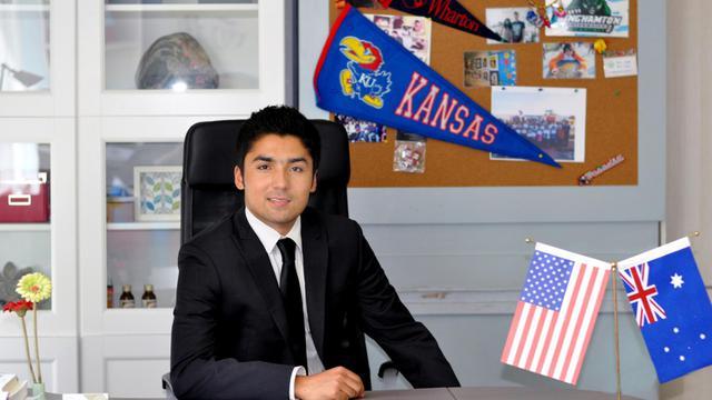 """Photo non datée de l'entrepreneur Abdulhabir Muhammad, """"Ouïghour modèle"""", dans son bureau à Pékin [ / AFP/Archives]"""