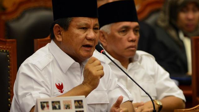 L'ex-général Prabowo Subianto (g), perdant de l'élection présidentielle en Indonésie, devant la Cour constitutionnelle de Jakarta, le 6 août 2014 [Romeo Gacad / AFP/Archives]