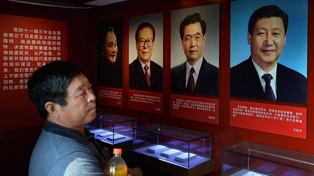 Des portraits du président chinois Xi Jinping aux côtés de ses prédécesseurs (de d à g): Hu Jintao, Jiang Zemin et Deng Xiaoping, au musée de Tianjin le 28 septembre 2013 [Mark Ralston / AFP]