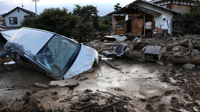 Une voiture embourbée à Hiroshima le 21 aout 2014 [Jiji / Jiji/AFP]