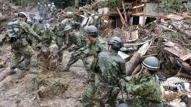 Sauveteurs à l'oeuvre le 23 août 2014 à Hiroshima dans l'espoir de retrouver la quarantaine de personnes disparues dans des coulées de boue [Jiji Press / JIJI PRESS/AFP]