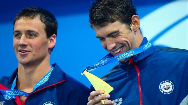 Ryan Lochte (gauche) and Michael Phelps (droite) sur le podium de la finale du 100 m papillon des championnats PanPacifiques le 23 août à Gold Coast [Patrick Hamilton / AFP]