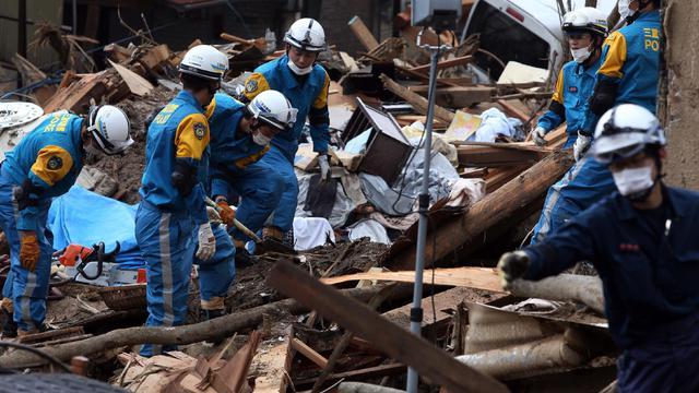 Des sauveteurs au milieur des décombres le 24 août 2014 à Hiroshima [Jiji Press / JIJI PRESS/AFP]