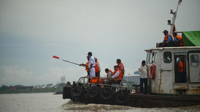 Une équipe de recherche travaille pour retrouver la cloche Dhammazedi au fond du fleuve Rangoun en Birmanie, le 27 août 2014 [Ye Aung Thu / AFP]