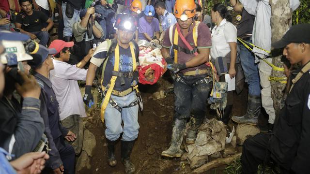 Un mineur est transporté à l'hôpital, le 29 août 2014 après être resté coincé dans une mine d'or dans la localité de El Comal (nord-est du Nicaragua) depuis jeudi [Inti Ocon / AFP]