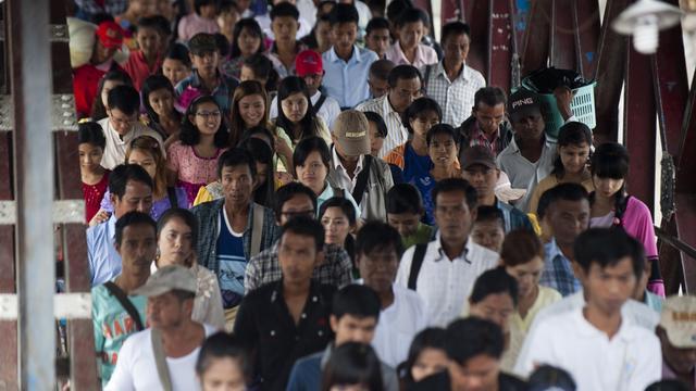 Les passagers d'un ferry débarquent à Rangoun, le 30 août 2014 [Ye Aung Thu / AFP]