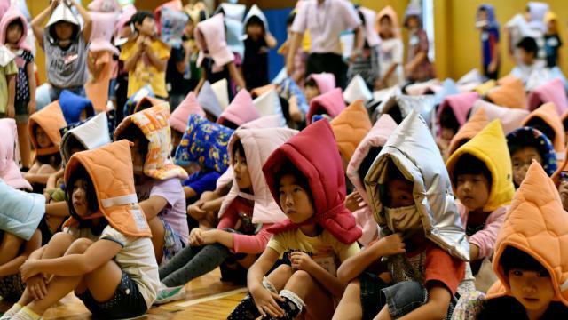 De jeunes écoliers participent à un exercice de prévention des désastres, le 1er septembre 2014 à Tokyo [Yoshikazu Tsuno / AFP]