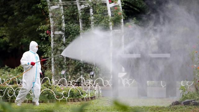Pulvérisation d'insecticides dans le parc Yoyogi au coeur de Tokyo, où plusieurs personnes affirment avoir été piquées par des moustiques, le 28 août 2014 au Japon [Jiji Press / Jiji Press/AFP/Archives]