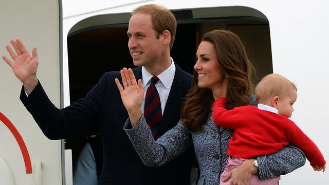 Le Prince William (g), son épouse Catherine et leur fils George, à Canberra, le 25 avril 2014 [Saeed Khan / AFP/Archives]