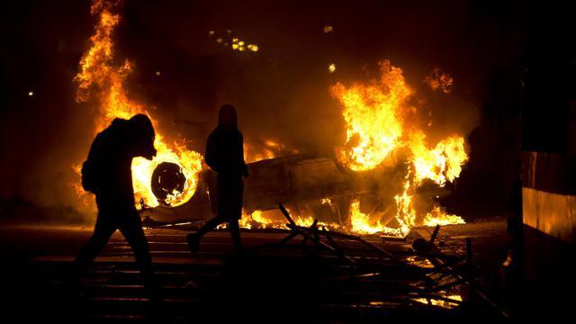 Une voiture en feu devant le siège du gouvernement de l'Etat de Rio, le 17 juin 2013 [PABLO PORCIUNCULA / AFP Photo]