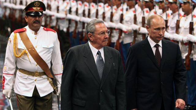 Le président russe Vladimir Poutine (d) reçu à Cuba par son homologue cubain Raul Castro (c) Place de la Révolution à La Havane le 11 juillet 2014  [Alejandro Ernesto / Pool/AFP]