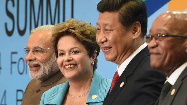 Le Premier ministre indien Narendra Modi, la présidente brésilienne Dilma Rousseff, le président chinois Xi Jinping et le président sud-africain Jacob Zuma lors de la photo de familles des BRICS le 15 juillet 2014 à Fortaleza au Brésil [Yasuyoshi Chiba  / AFP/Archives]