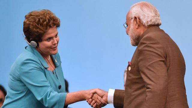 La présidente du Brésil Dilma Rousseff salue le Premier ministre indien Narendra Modi, le 15 juillet 2014 à Fortaleza au Brésil [Yasuyoshi Chiba / AFP]