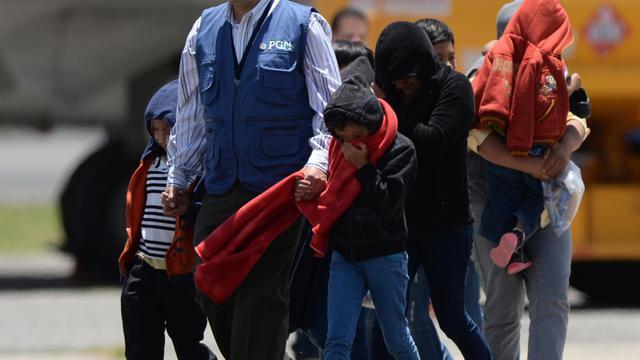 Un groupe de jeunes enfants, entrés clandestinement aux Etats-Unis, ont été renvoyés au Guatemala où ils viennent d'arriver le 22 juillet 2014  [Johan Ordonez / AFP]