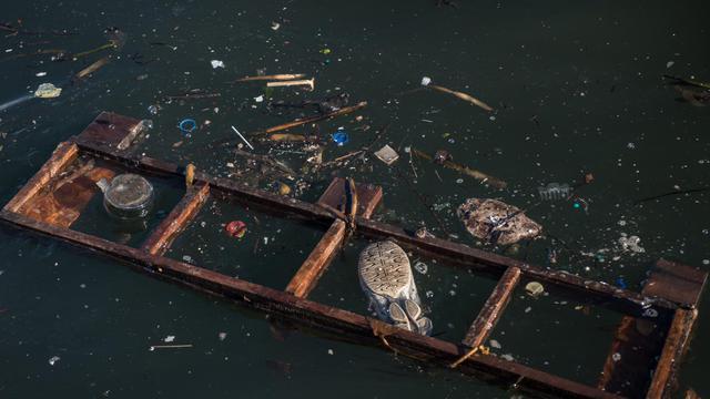 Des débris flottant dans la baie de Rio, près du pont entre Rio et Niteroi, le 31 juillet 2014 lors d'un test olympique en vue des jeux de Rio-2016. [Yasuyoshi Chiba / AFP]