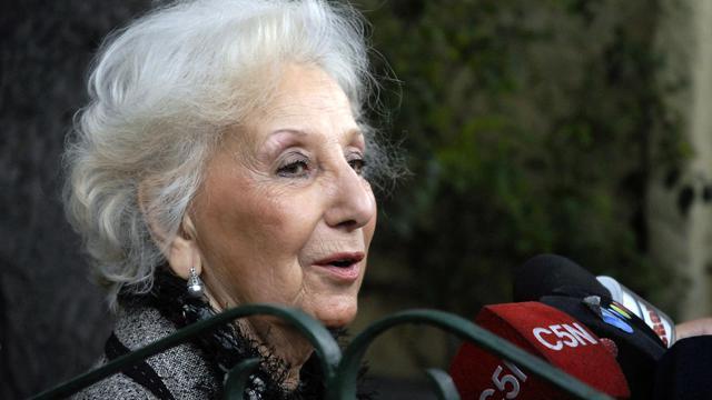 La présidente de l'association des Grands-mères de la Place de Mai, Estela Carlotto, lors d'une conférence de presse devant sa maison à La Plata (Argentine) le 6 août 2014 [Carlos Cermele / Telam/AFP/Archives]